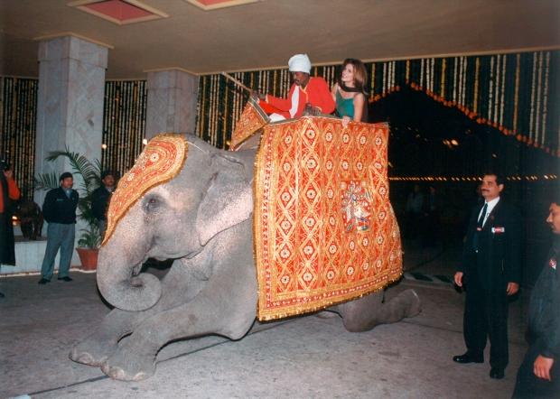 20151201_Cindy_enjoys_an_elephant_ride_at_the_Taj_Palace_Hotel_in_New_Delhi_1998